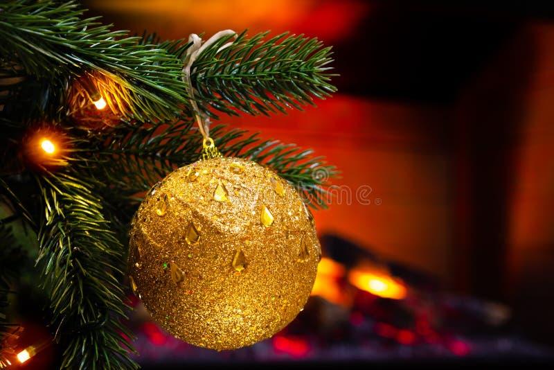 Украшение ` s Нового Года Рождественская елка и игрушки на ей, конце-вверх стоковые изображения rf