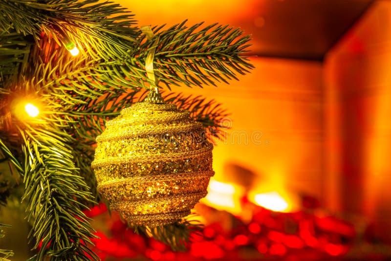 Украшение ` s Нового Года Рождественская елка и игрушки на ей, конце-вверх стоковая фотография rf