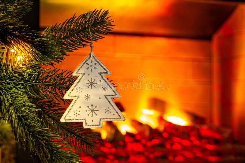 Украшение ` s Нового Года Рождественская елка и игрушки на ей, конце-вверх стоковые фотографии rf