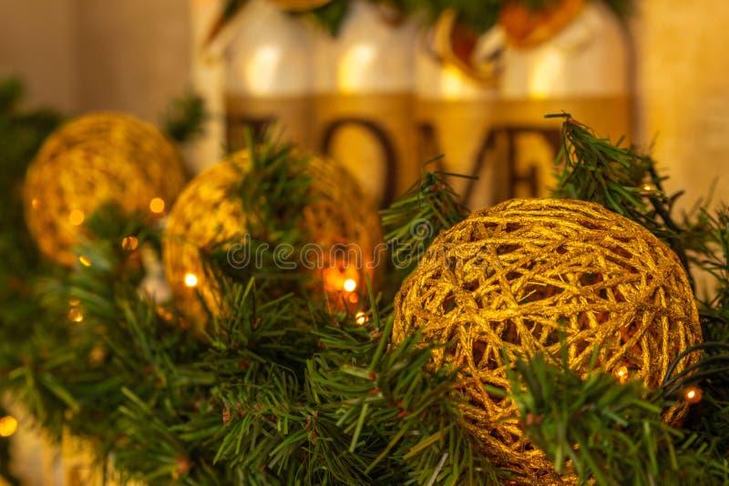 Украшение ` s Нового Года Handmade игрушки украшают камин Chr стоковые фото