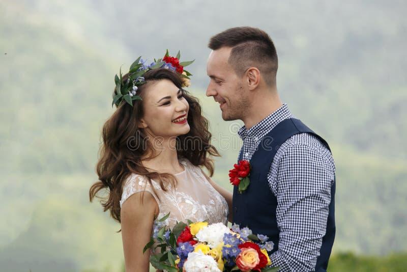 Украшения белых цветков во время внешней свадебной церемонии стоковые фото