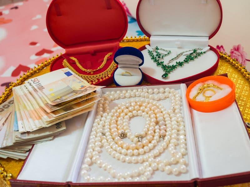 Украшения и деньги как подарок свадьбы стоковое изображение