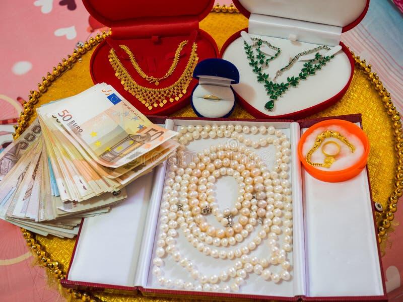 Украшения и деньги как подарок свадьбы стоковые фотографии rf