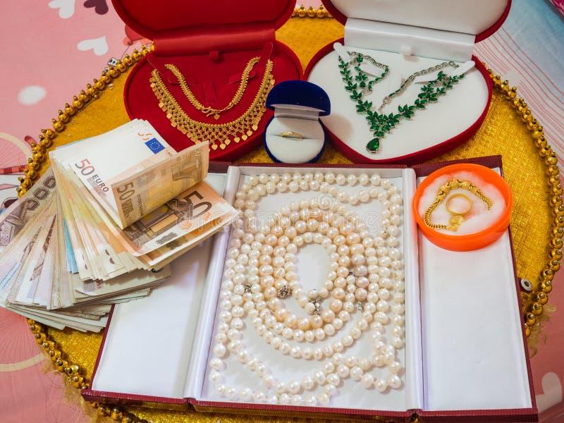 Украшения и деньги как подарок свадьбы стоковое фото rf