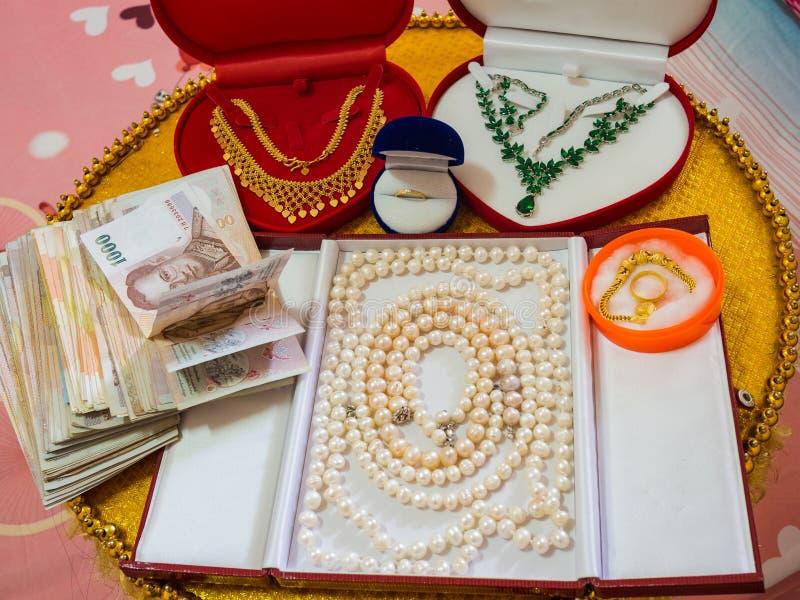 Украшения и деньги как подарок свадьбы стоковое фото