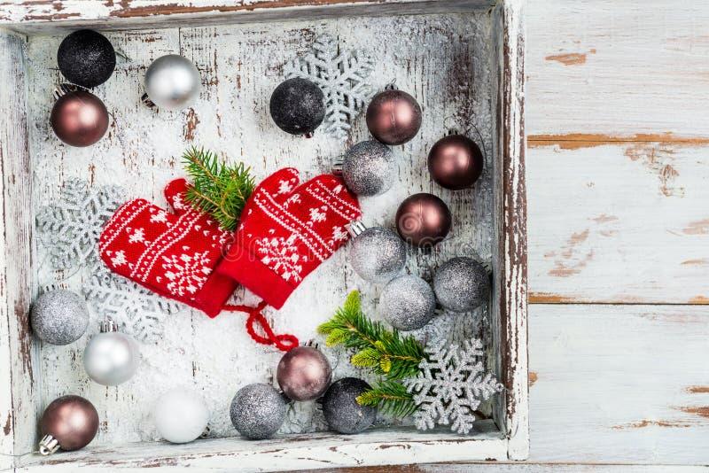 Украшения и красный цвет рождества связали Mittens с снежинкой Mo стоковые изображения rf