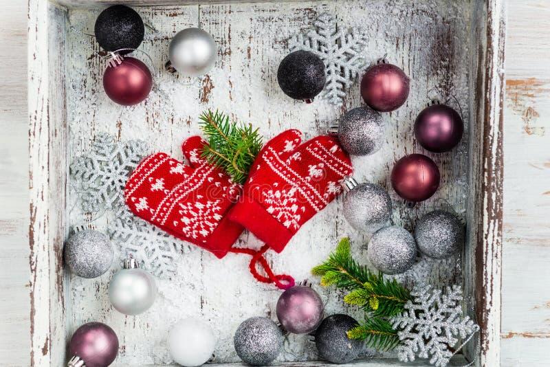 Украшения и красный цвет рождества связали Mittens с снежинкой Mo стоковое изображение rf