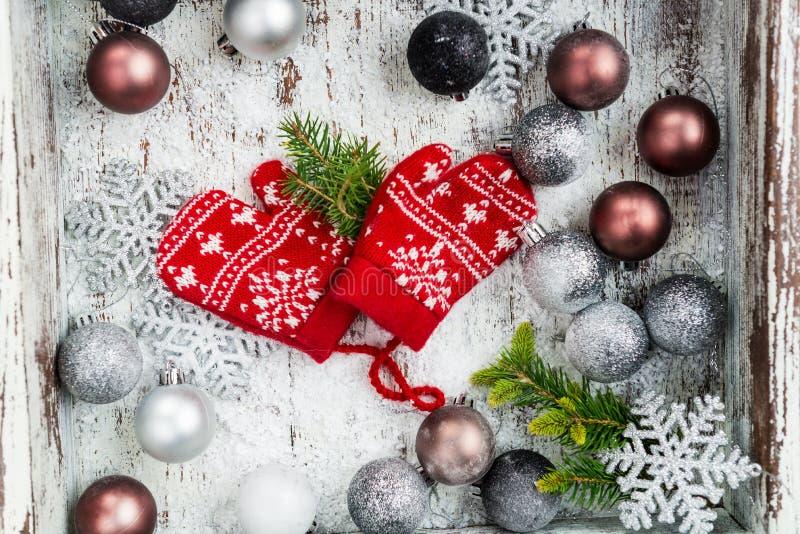 Украшения и красный цвет рождества связали Mittens с снежинкой Mo стоковые фотографии rf