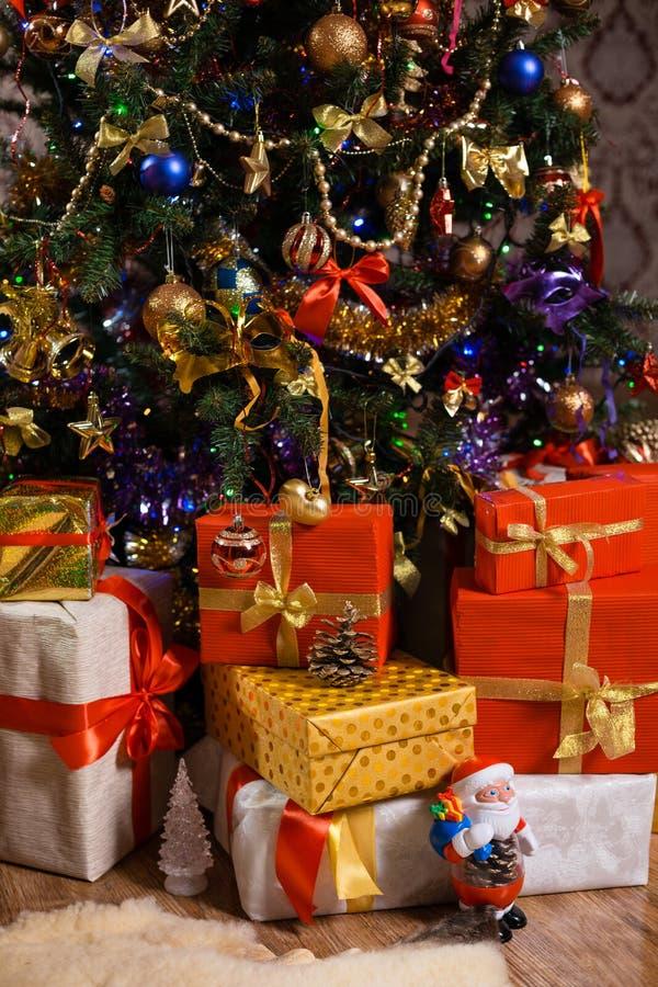 Украшения и подарки на рождественской елке стоковое фото