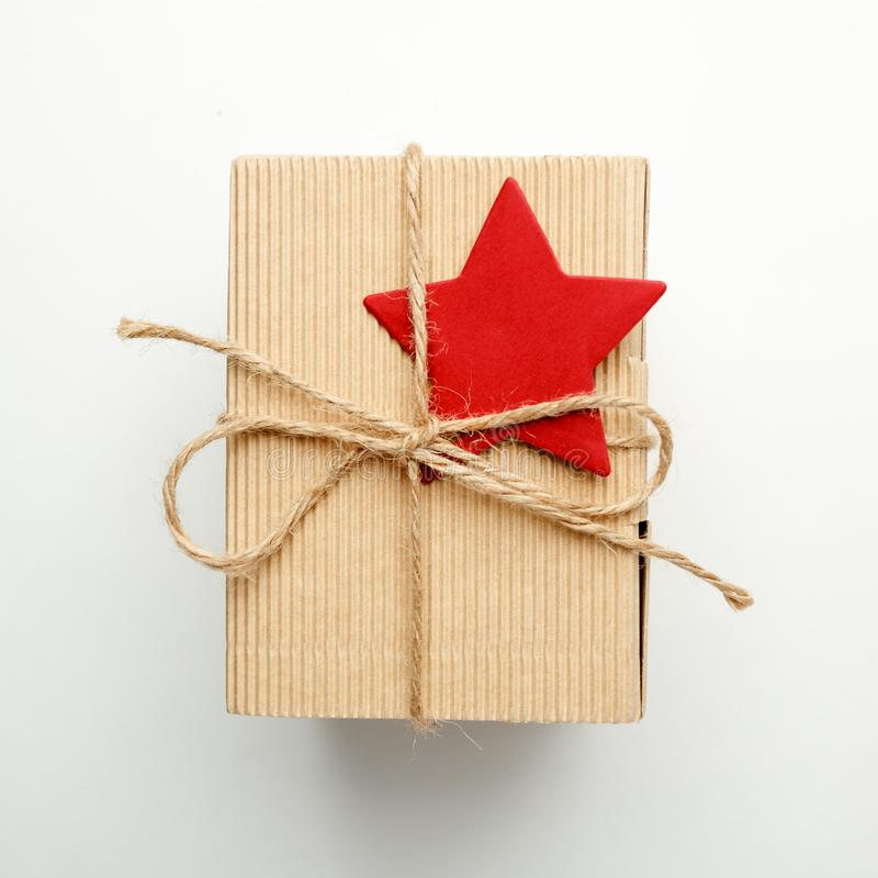 Украшения концепция торжества Нового Года рождества, подарочная коробка с декоративной красной звездой на белой предпосылке стоковые фото