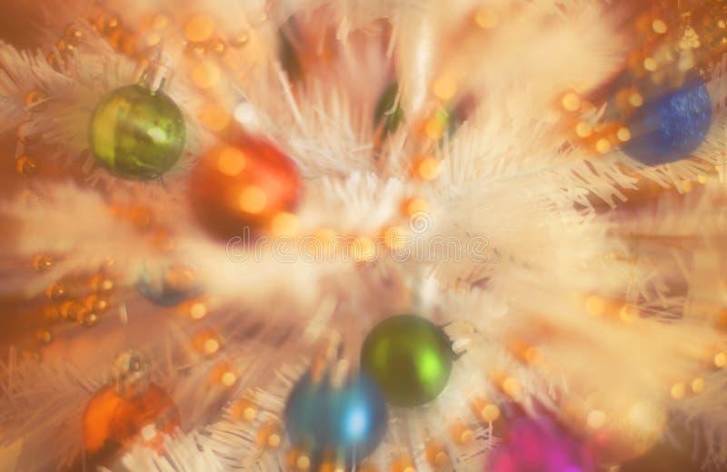 Украшения на искусственной ели, xmass рождества запачкают влияние года сбора винограда предпосылки стоковые фото