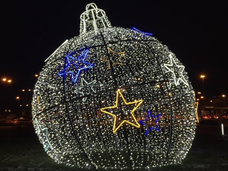 Украшения на Новый Год и праздники Шарики рождества на траве со снегом Установка Нового Года стоковые фото