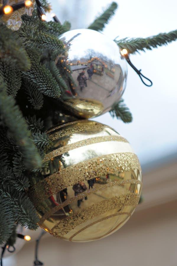 Украшения Нового Года и рождества, игрушки на ветви рождественской елки стоковые фотографии rf