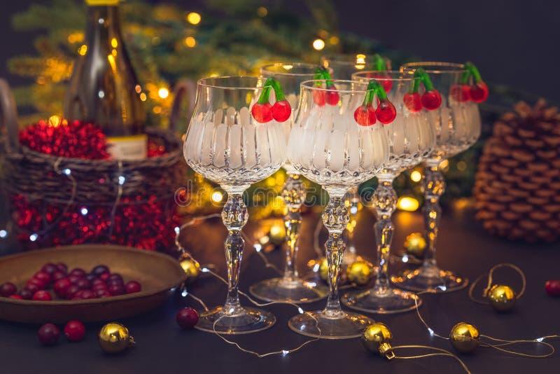 Украшения Нового Года и рождества с рюмками, рождественской елкой и часами стоковые фотографии rf