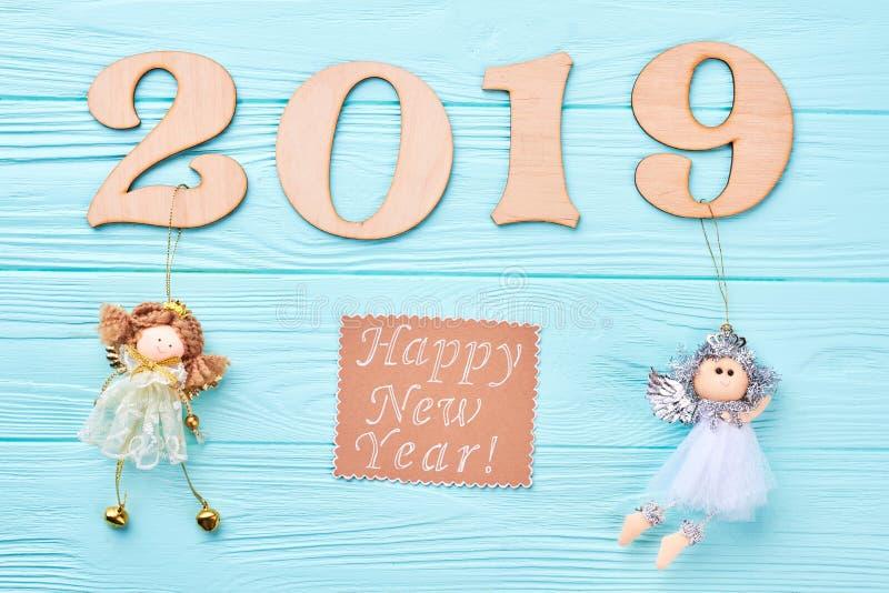 Украшения Нового Года 2019 на голубой древесине стоковые изображения