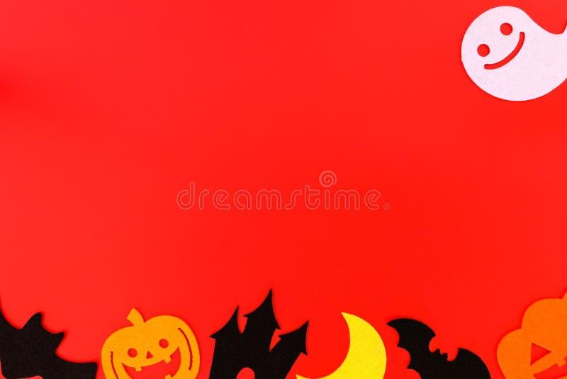 Украшения праздника хеллоуина на красной предпосылке, плоском положении украшений на красном, космоса хеллоуина экземпляра взгляд стоковые изображения