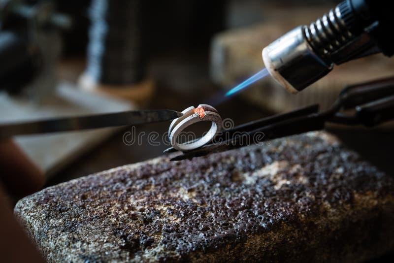 Украшения ремесла делая с факелом пламени стоковая фотография rf