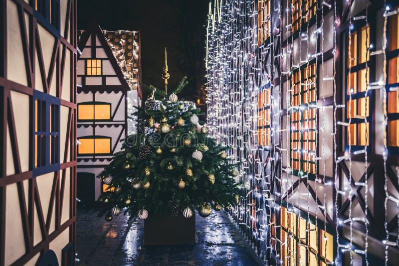 Украшения рождества в Москве Дерево Xmas и дома сказки игрушек Ночь идет в город Snowy и зимняя ночь стоковое изображение rf