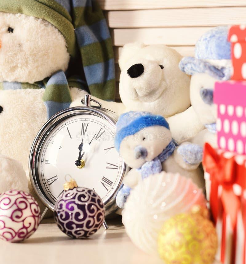 Украшения рождества в праздничной комнате Снеговики, медведи и присутствующие коробки стоковое изображение rf