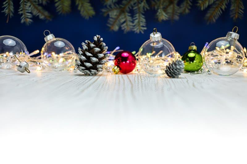Украшения рождества на белом деревянном столе против голубого backgro стоковые фотографии rf
