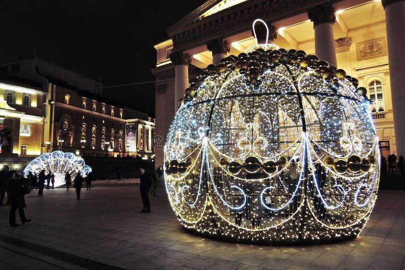 Украшения рождества на квадрате театра в Москве Огромный шарик стоковая фотография