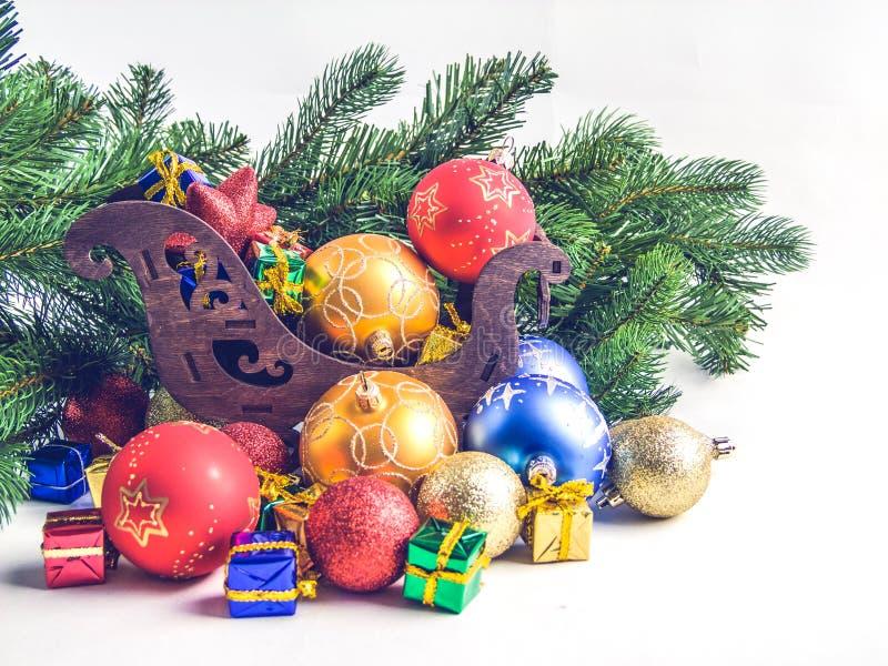 Украшения рождества, сани, ветви ели стоковая фотография