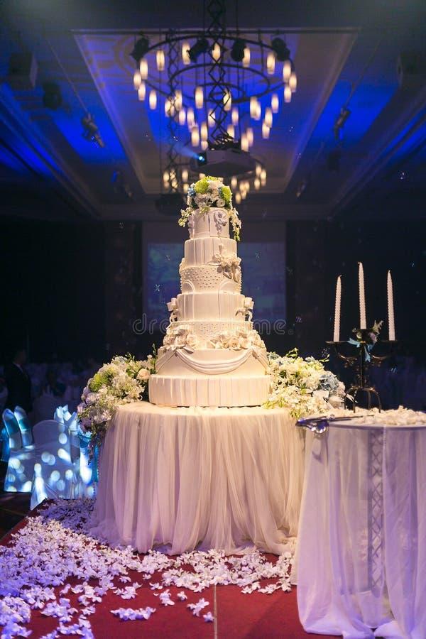 Украшения свадебного пирога и цветков с люстрой на потолке стоковое изображение rf