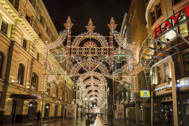 Украшения света рождества на улице Nikolskaya в Москве на ноче стоковые изображения rf