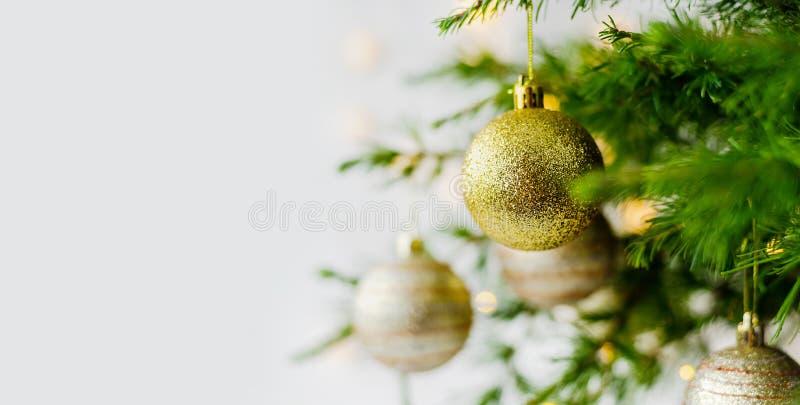 Украшения состава рождества и ветви ели гирлянд стоковая фотография