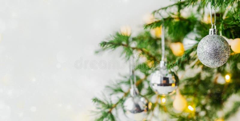 Украшения состава рождества и ветви ели гирлянд стоковые изображения rf