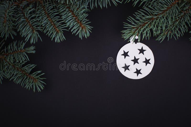 Украшения с Рождеством Христовым рождественской открытки в бумажном вырезывании вводят смертную казнь через повешение в моду стоковое изображение rf
