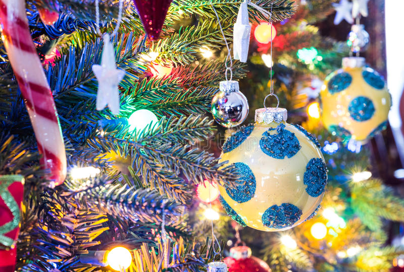 украшения экземпляра рождества фокусируют вал космоса большого орнамента золота красный Желтая, сияющая отделка, шар с голубыми к стоковое изображение rf