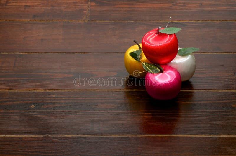 Украшения Яблока на деревянном столе стоковые изображения