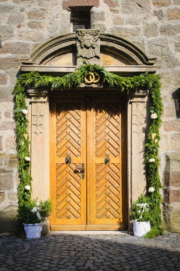 Download Украшенная дверь церков стоковое изображение. изображение насчитывающей портально - 33726377