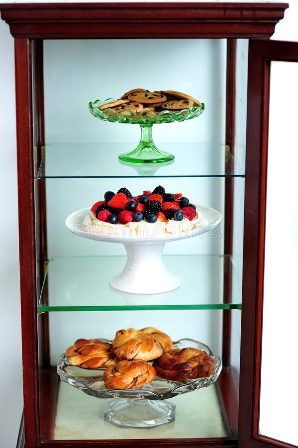 украшенная вкусная полка десертов стоковое изображение