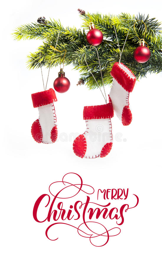 Украшенная ель и ботинки Санта Клаус с текстом с Рождеством Христовым Литерность каллиграфии стоковые фотографии rf