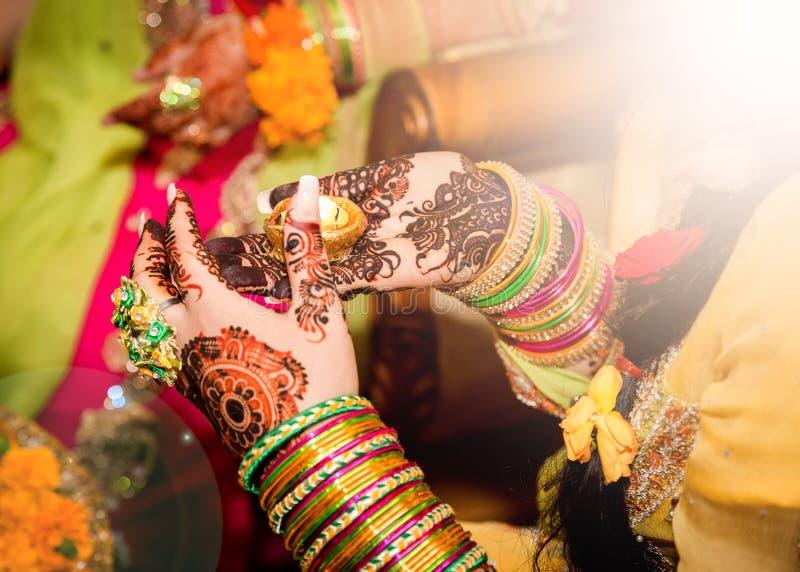 Украшенная индийская свеча удерживания невесты в ее руке Фокус в наличии стоковые изображения