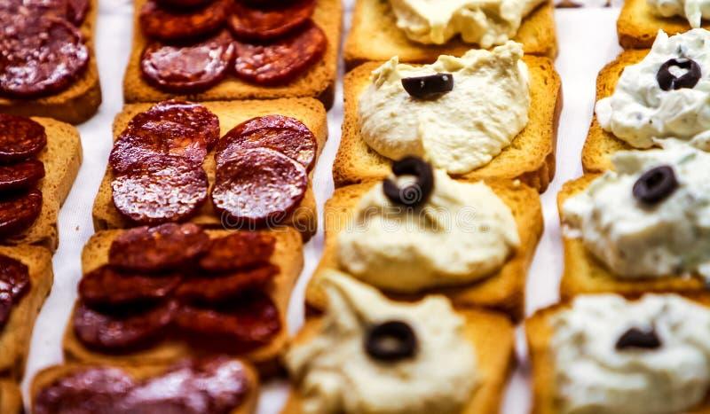 Украшенная поставляя еду таблица банкета с различным snac еды тап стоковые изображения
