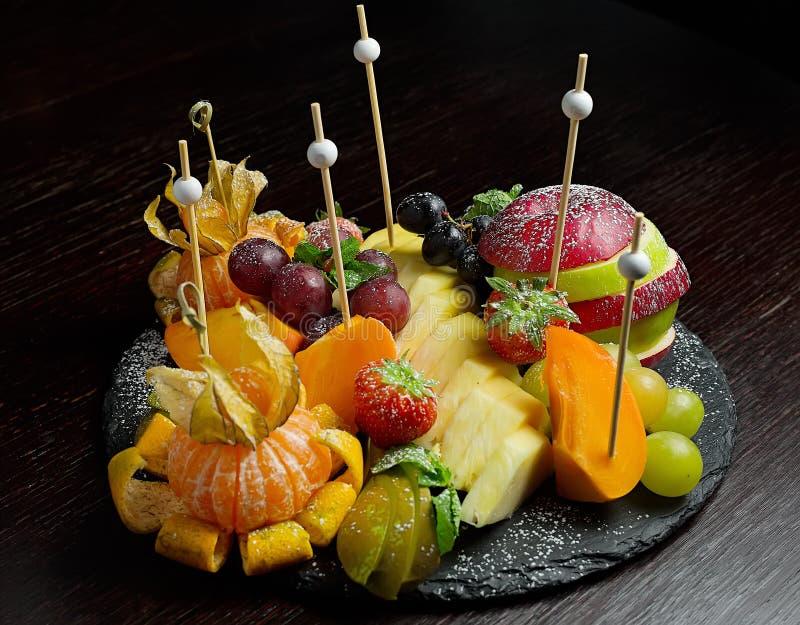 Украшенная поставляя еду таблица банкета с различной стоковое изображение