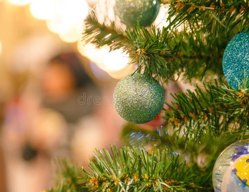 Украшенная рождественская елка на запачканной предпосылке Закройте вверх безделушек и ветви на ели Нового Года стоковое изображение