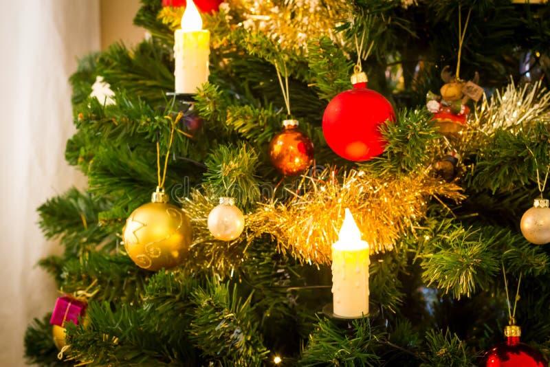 Украшенная рождественская елка с мигающими огнями и электрическими свечами стоковые фотографии rf