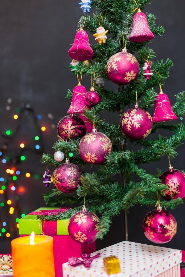 Украшенная рождественская елка на безшовной предпосылке стоковое фото