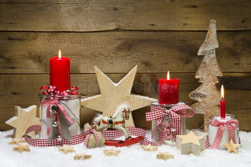 Украшенная рождественская открытка с красными свечами и звездами на деревянном ба стоковое фото rf