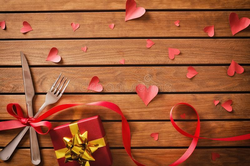 Украшенная таблица с красными орнаментами на день валентинок с подарком стоковое фото rf