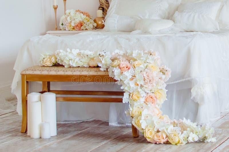 Украшенная часть спальни, украшение цветков и свечи нутряное романтичное стоковые фото