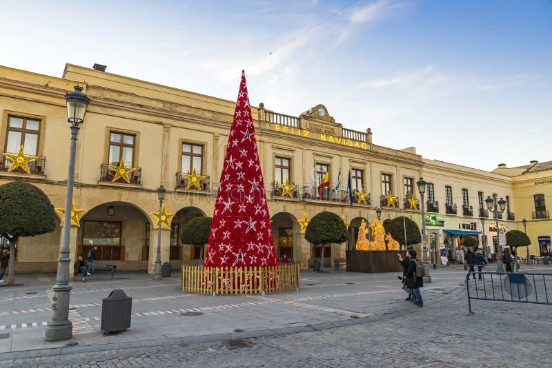 Украшенное дерево Нового Года на площади Espana в городе Ronda, Андалусии стоковые изображения rf
