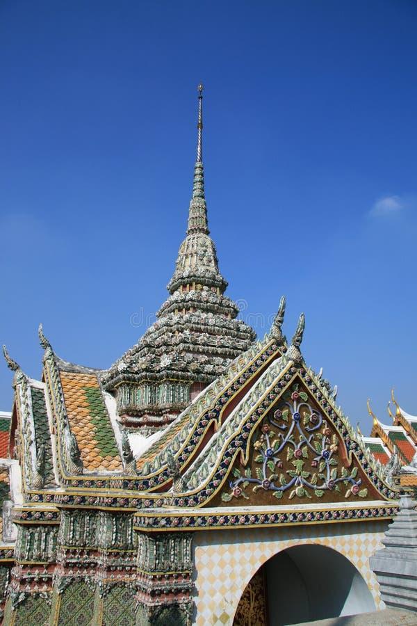Украшенные башня и здания королевского дворца, Бангкока стоковое фото rf