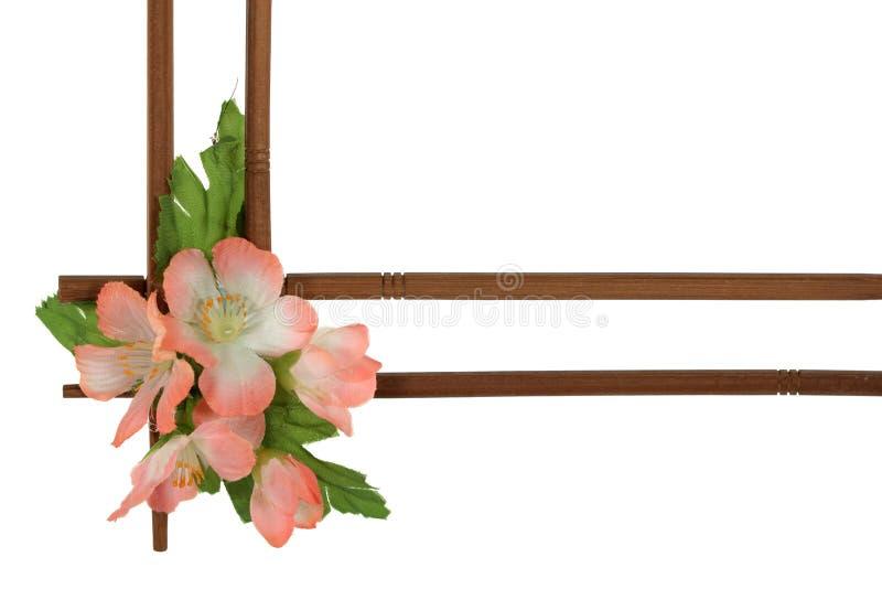 украшенные декоративные цветки обрамляют деревянное стоковое изображение