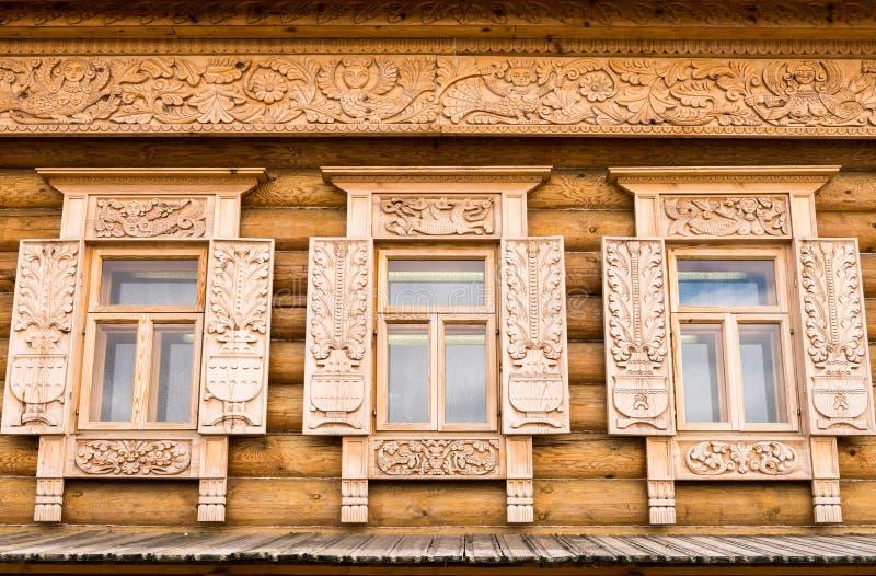 украшенные окна деревянные стоковая фотография