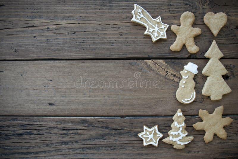 Украшенные печенья хлеба имбиря на деревянной планке стоковое фото